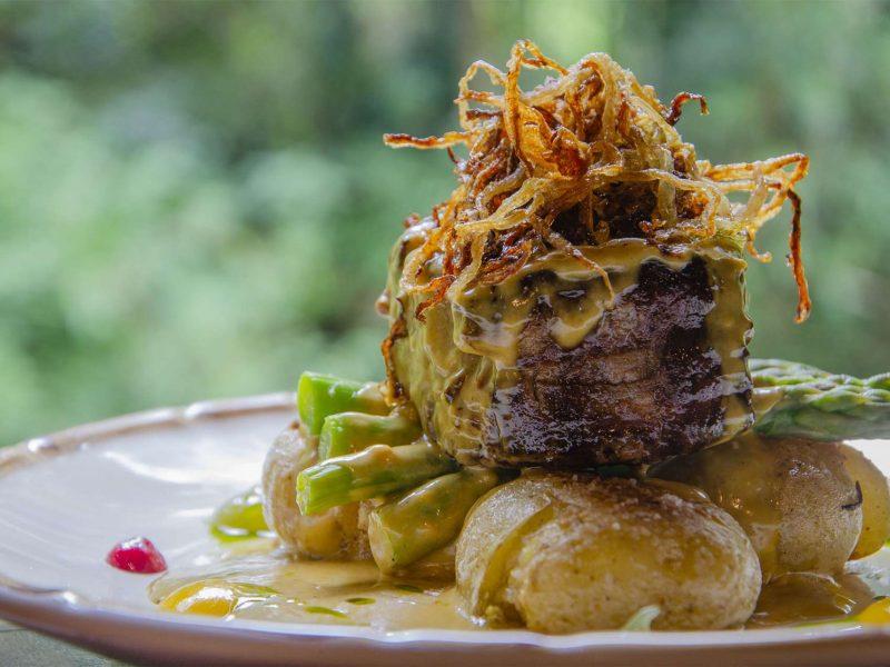 Medalhão de mignon com batatas ao murro, molho de mostarda Dijon e crocante de cebola